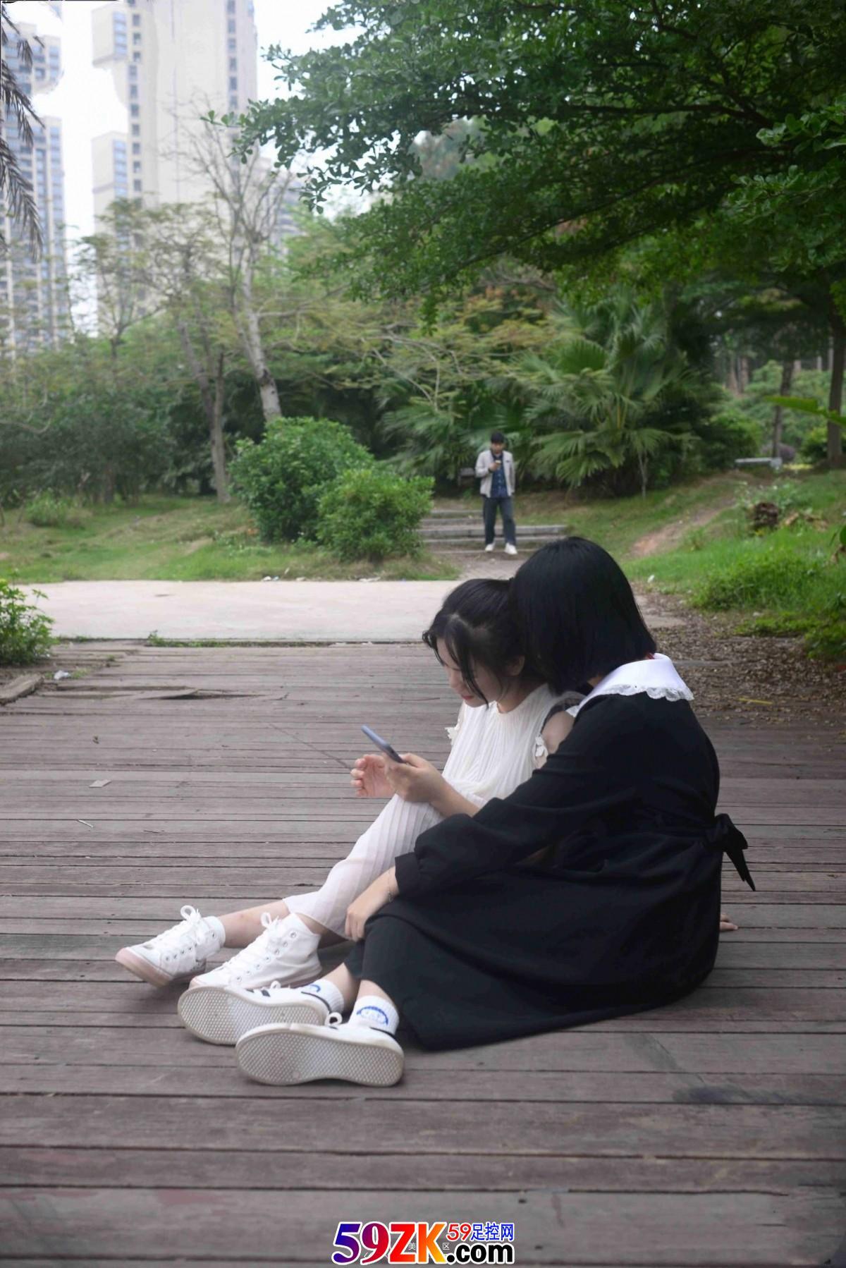 怎么自拍_两个可爱女生玩脚丫子_足控套图_59足控网 www.59ZK.com